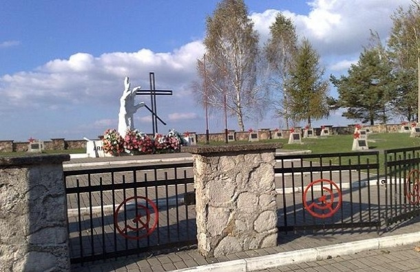 Двое детей осквернили 50 советских могил в Польше