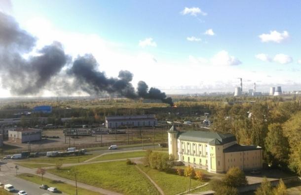 Пожар в промзоне «Рыбацкого» поднял в небо черный столб дыма