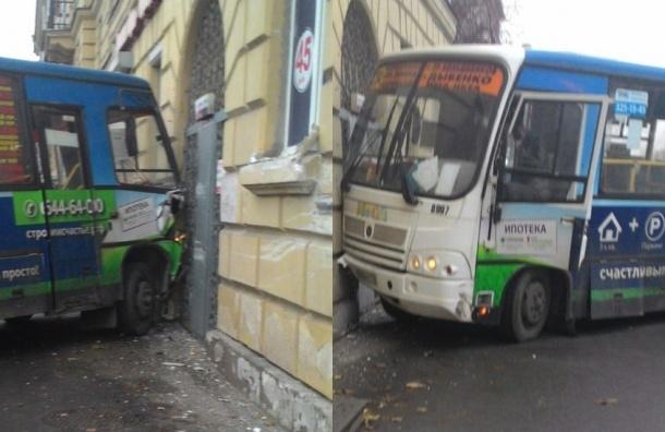 Маршрутка влетела в дом на Новочеркасском
