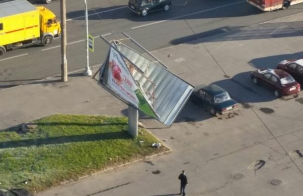 Автомобилист чуть не снёс рекламный щит на Шлиссельбургском