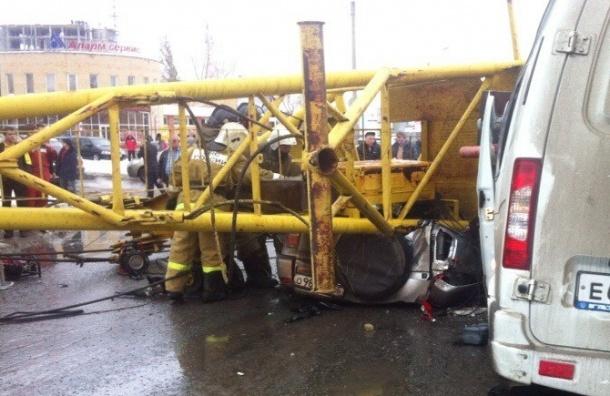 В Омске упал кран на машину: видео трагедии попало в Сеть