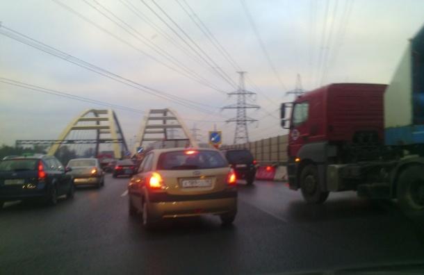 КАД в районе Охты встал в километровые пробки из-за ремонта