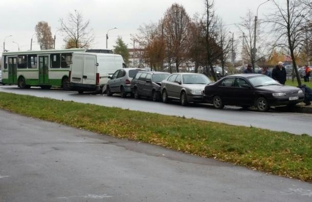 Автобус протаранил пять машин в Колпино