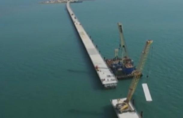 Первые грузовики проехали по временному мосту в Крым