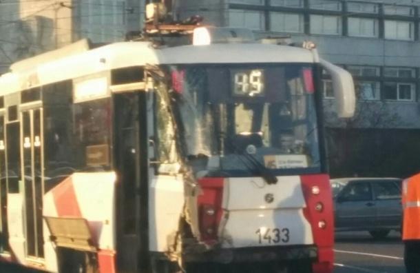 Мусоровоз задел трамвай у «Бухаресткой»: очевидцы обещают пробку