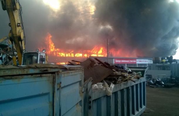 Мощный пожар со взрывами на центральном складе Евроавто на Парнасе
