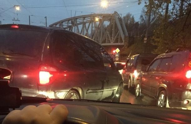 Кантемировский мост встал в  пятикилометровой пробке из-за ремонта