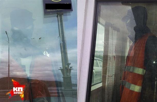 Манекен поставили охранять мост через Кольский залив и платили ему зарплату из бюджета