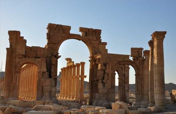 Боевики ИГ разрушили старинную Триумфальную арку в Пальмире