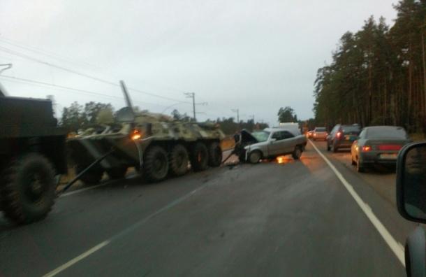 БТР и автомобиль столкнулись на Краснофлотском шоссе
