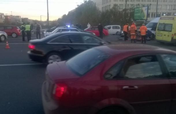 Сбили рабочих на Красногвардейской площади: мужчина находится в тяжелом состоянии