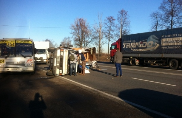 Пробка в 5 километров растянулась на Московском шоссе из-за раскуроченного грузовика