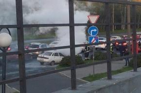 Автомобиль горит на Дальневосточном проспекте