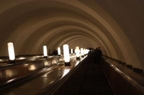 На красной линии метро сбился график движения поездов