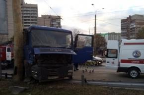 Фура врезалась в столб на пересечении Маршала Жукова и Маршала Казакова