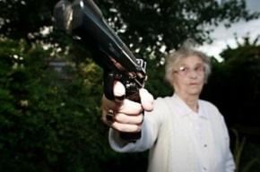 Пенсионерка с пистолетом похитила 50 тысяч рублей