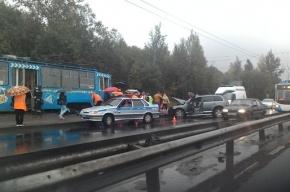 Трамвай и джип столкнулись на проспекте Косыгина