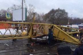 Башенный кран упал в Омске на проезжую часть, четыре человека погибли