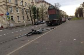 Большегруз снес два светофора в Колпино