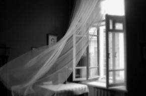Пенсионер выпал из окна запертой квартиры
