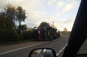 Цементовоз опрокинулся на Ропшинском шоссе в Ленобласти