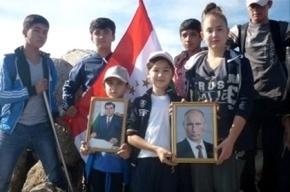 Портреты таджикского и российского президентов установили на горе Музбек в Таджикистане