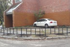 Машину забывчивого водителя «замуровали» забором на Луначарского