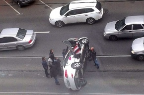 Автомобиль встал боком в аварии на Литейном