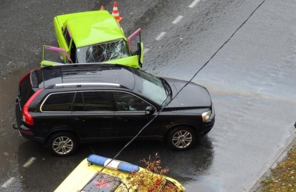 Кислотно-зеленые «Жигули» врезались в «Вольво» на Сиреневом бульваре
