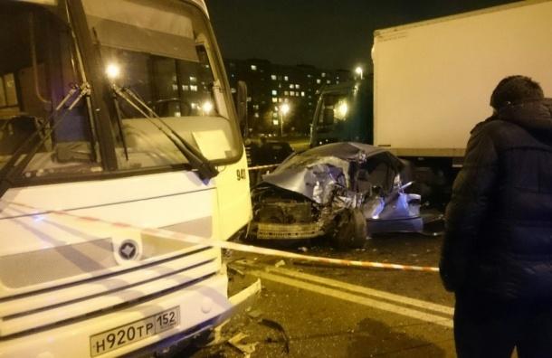 Иномарка влетела в маршрутку на Искровском: водитель скончался