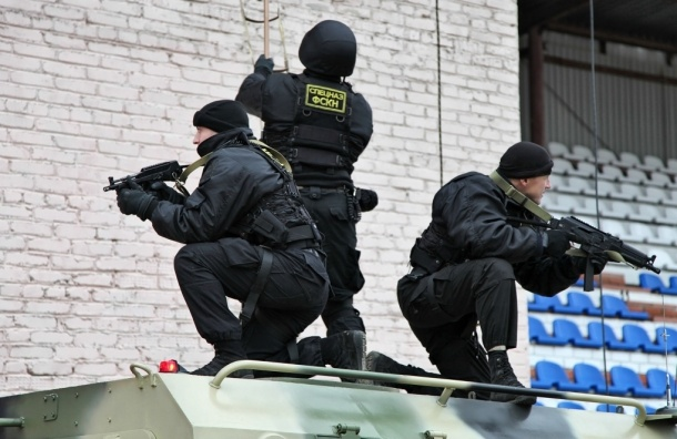 Спецназ ворвался в квартиру наркоторговцев в Металлострое