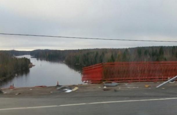 Фура рухнула с моста в Сайменский канал, водитель выжил чудом