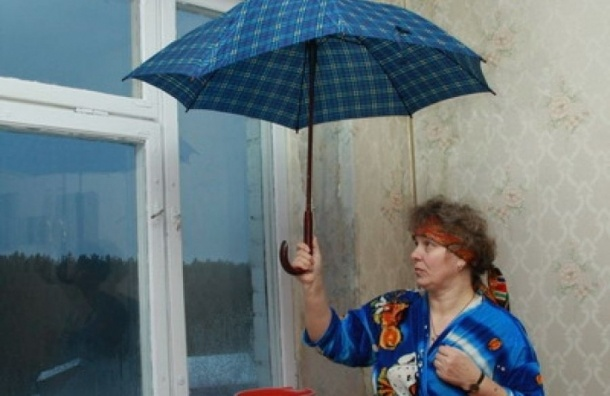 Два сотрудника фонда капремонта уволены Смольным за протекшую крышу