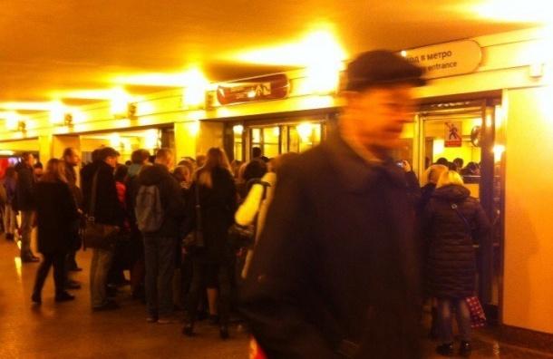 Петербуржцы не могут зайти на станцию «Комендантский проспект»