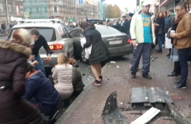 Автомобиль врезался в топлу людей на остановке на Московском проспекте
