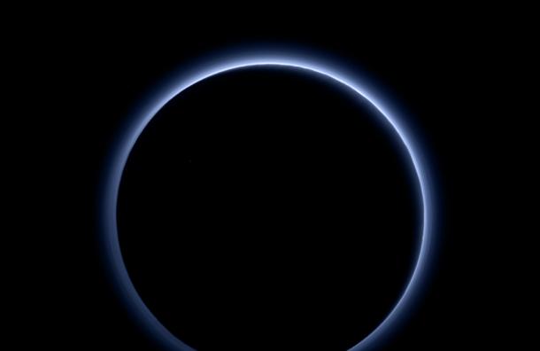 Фотографии голубого рассвета на Плутоне опубликовало NASA