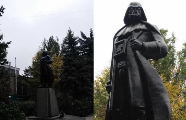Памятник Ленину в Одессе превратили в Дарта Вейдера