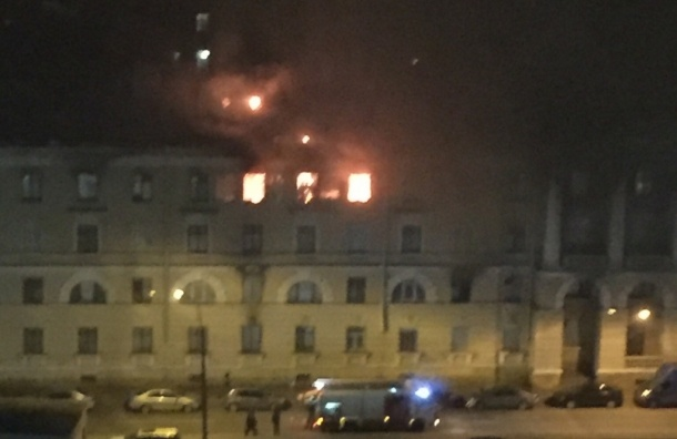 Несколько комнат полыхали в бывшем общежитии на проспекте Стачек