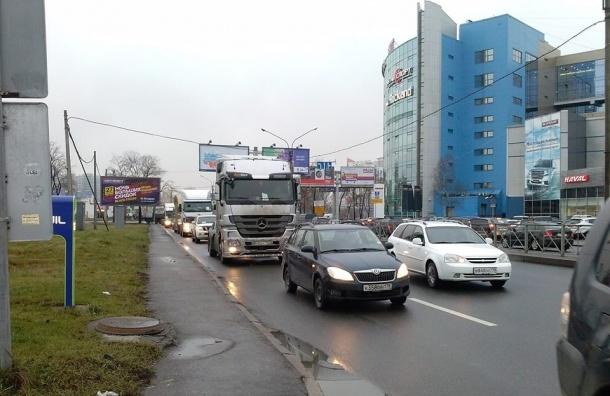 Акция протеста водителей грузовиков парализовала движение на Московском шоссе, пробка – 2 км