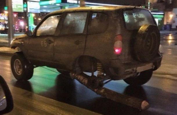 Водитель рассказал, зачем он поставил бревно вместо колеса