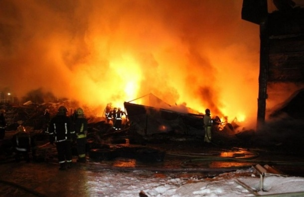 Пожар на складе резиновых изделий потушен в Петербурге