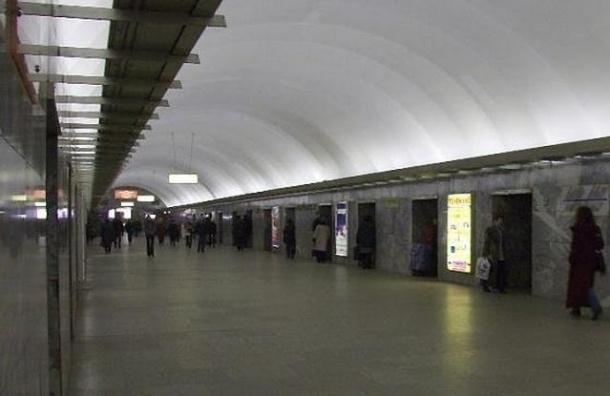 «Московскую» закрыли на вход и на выход из-за сумки