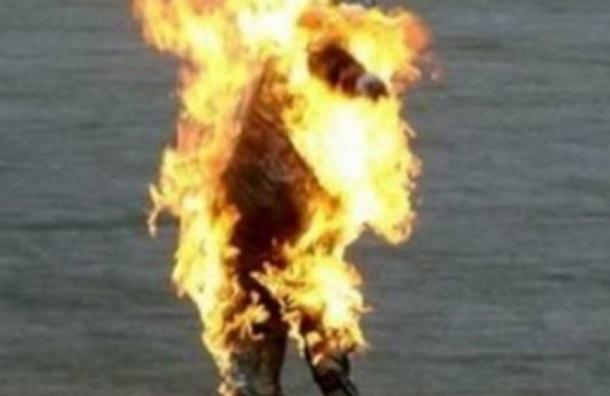 Подростки в столице облили бездомного горючим и подожгли