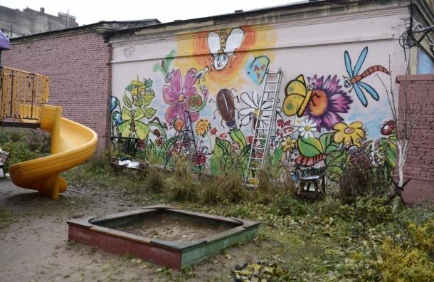 Жители сами начали благоустраивать двор на Обводном канале