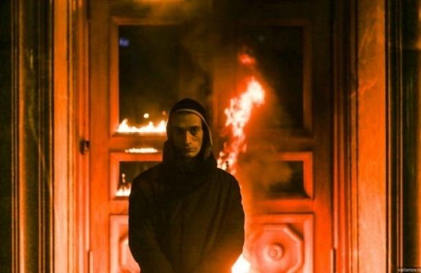Художник Павленский пытался поджечь здание ФСБ