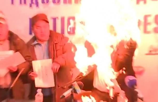 Глава профсоюза рабочих в Монголии поджёг себя во время пресс-конференции