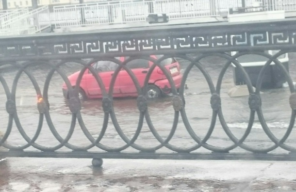 Университетскую набережную затопило, машины скоро поплывут