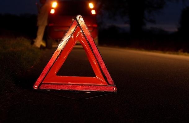 Renault Logan столкнулся с грузовиком на Пулковском шоссе