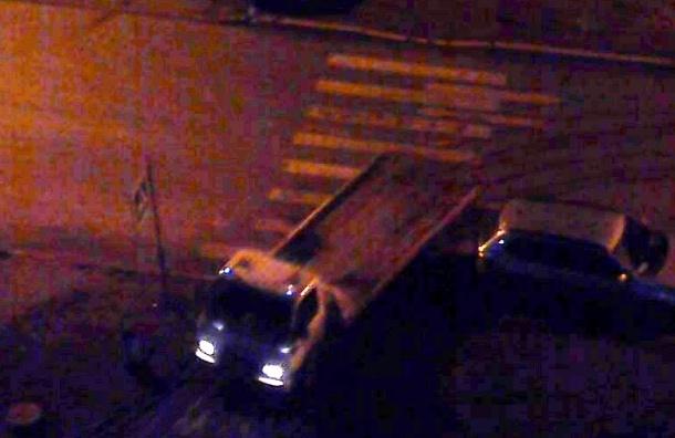 Эвакуаторы, грубо нарушая ПДД, увозили автомобили с пешеходных дорожек в Купчино