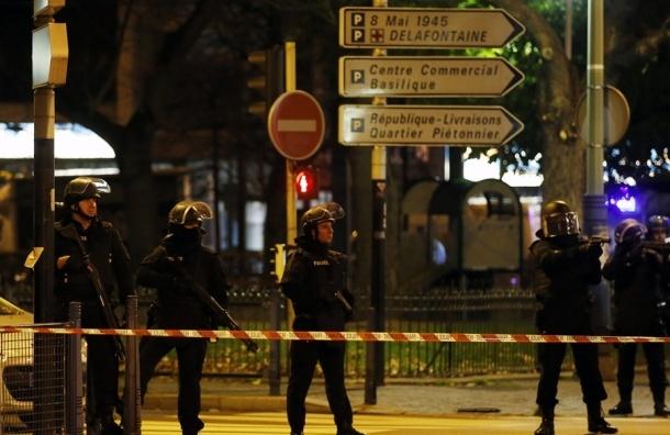 Полиция заблокировала террористов в пригороде Парижа, идет перестрелка